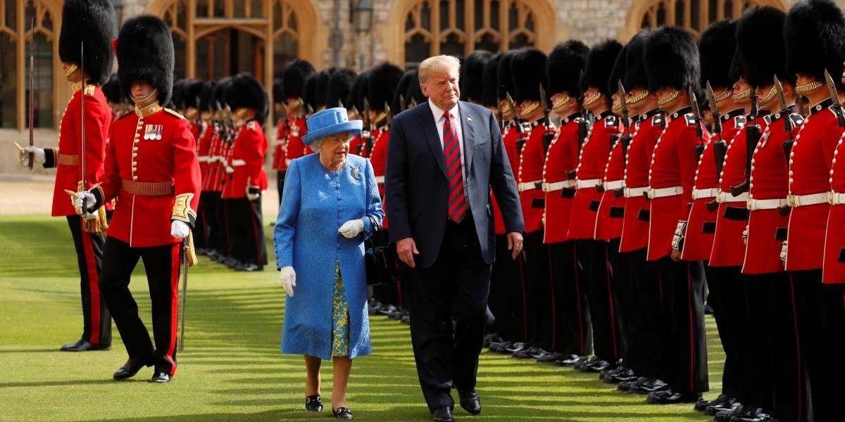 Trump quebra protocolo durante encontro com rainha Elizabeth II e a deixa com raiva