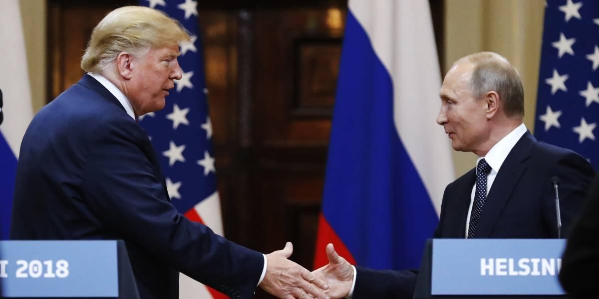 """Sólo le faltó pedir un autógrafo: Trump """"traiciona"""" a Estados Unidos por Putin y se gana el odio de todo el país"""