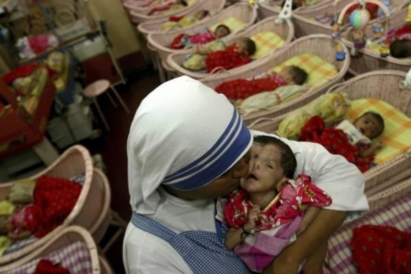 En esta foto de archivo del 21 de agosto de 2007, una monja de las Misioneras de la Caridad de la Madre Teresa besa a un niño en Shishu Bhavan, un hogar para huérfanos en Calcuta, India. (AP Foto/Sucheta Das, File)