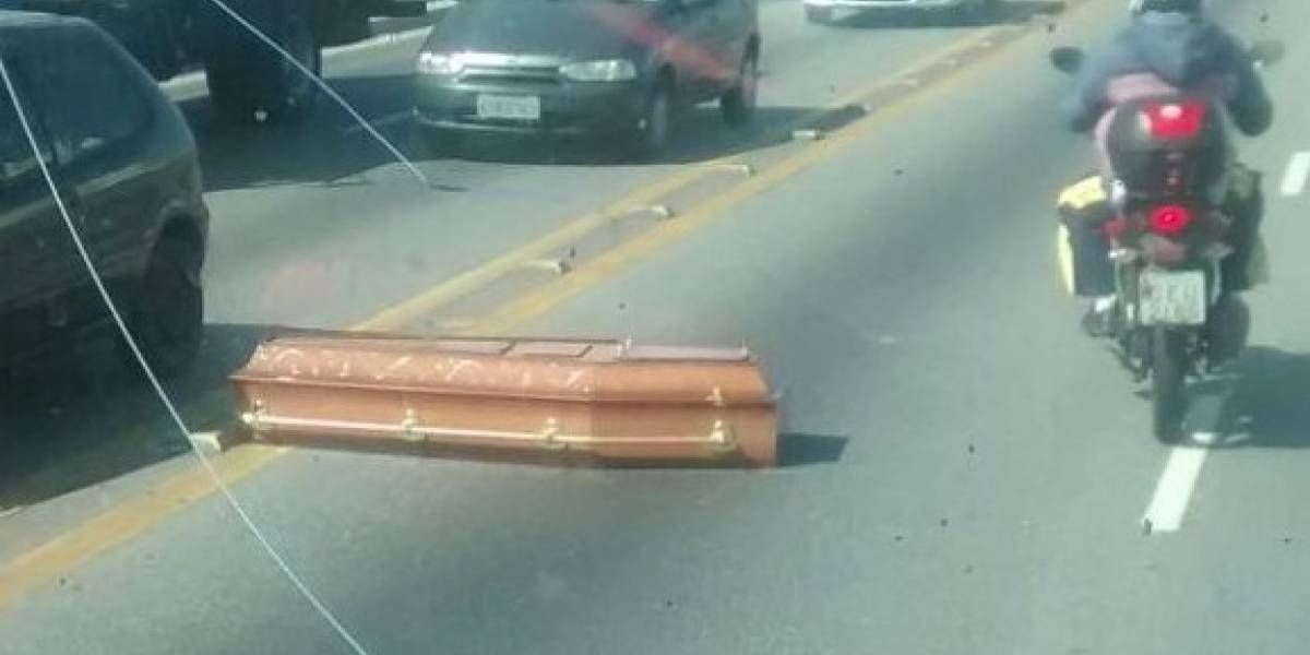 Caixão cai de carro funerário na zona leste de São Paulo
