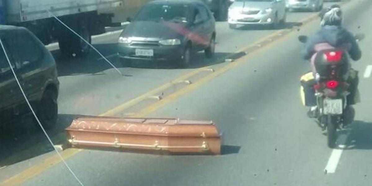 Caixão cai de carro funerário em meio a trânsito em São Paulo