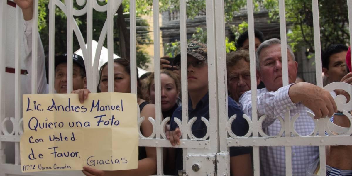 Personas dejan currículums y peticiones en casa de transición de AMLO