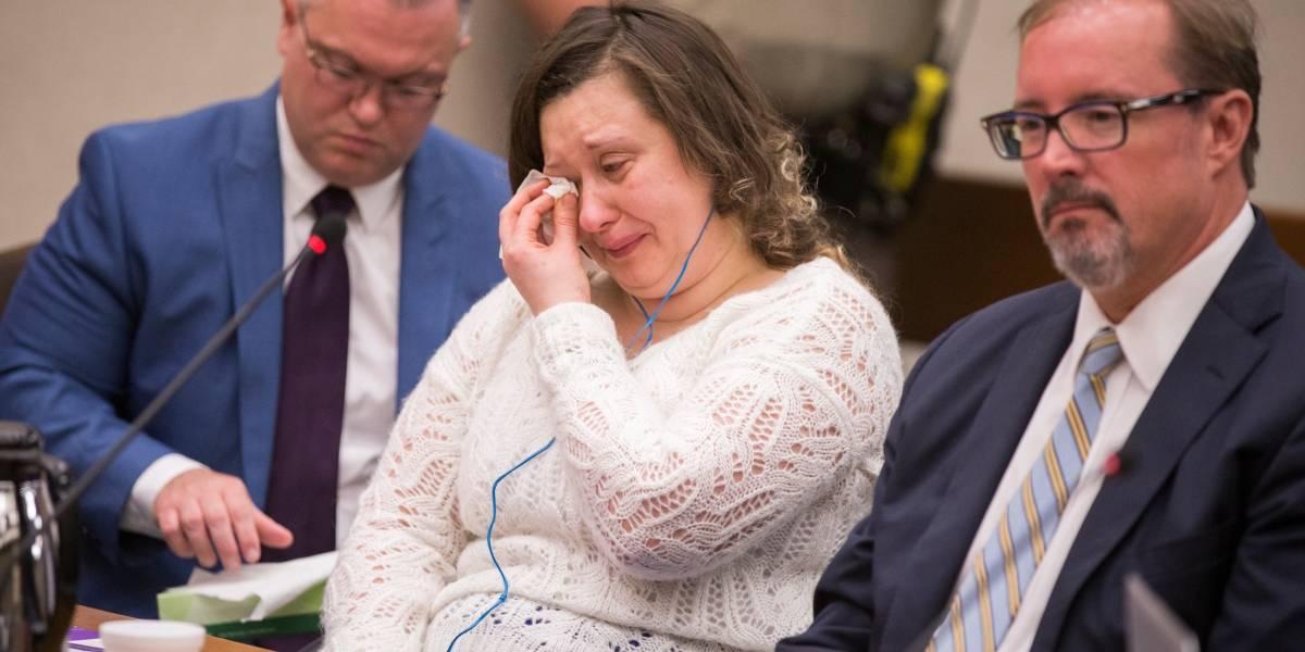 "Intentó matar a un bebé de 16 meses colgándolo, hirió gravemente a dos personas, pero un juez sólo la ""condenó"" a cumplir 10 años de libertad condicional"