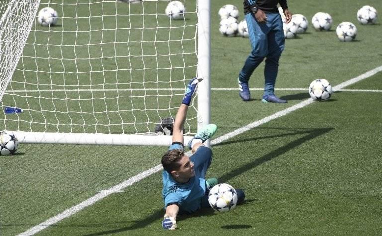 Luca Zidane detiene un disparo en una práctica con el Madrid