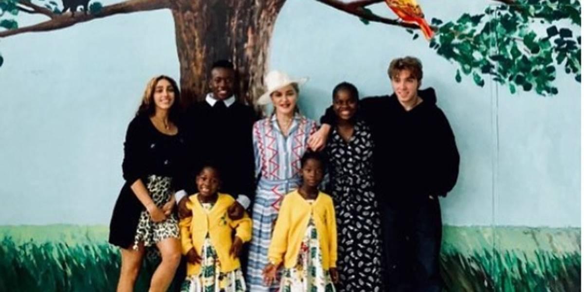 Madonna reúne os seis filhos no aniversário de um ano de seu hospital infantil no Malawi