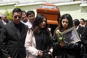 Familiares, colegas y amigos dan el último adiós antes de ser sepultados, a los 3 integrantes del Diario El Comercio.