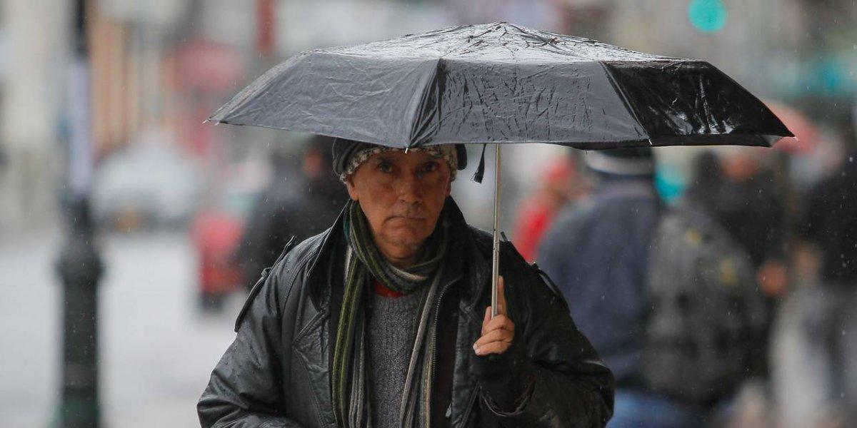 Salga con paraguas: lluvias en Santiago se extenderán hasta el miércoles y se pronostican heladas del Maule a Aysén