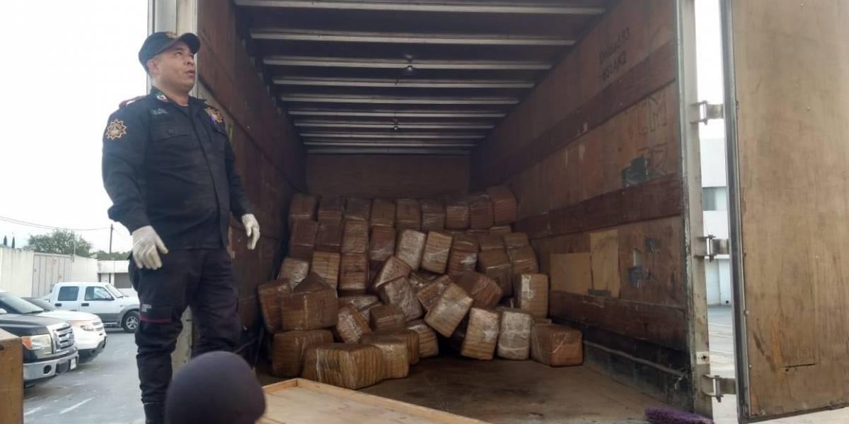 Descubren 2 toneladas de marihuana entre muebles viejos de camión