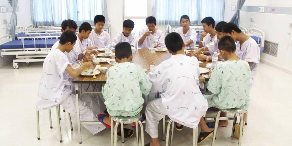 """Niños rescatados de la cueva en Tailandia salen del hospital: """"Bebí mucha agua para sentirme lleno"""""""