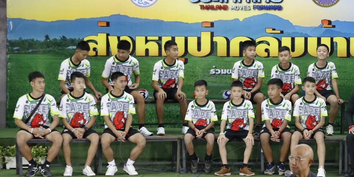 Niños de Tailandia salen del hospital y ofrecen conferencia de prensa