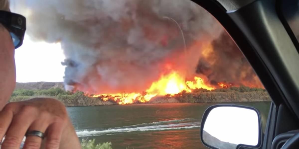Las impactantes imágenes de un enorme tornado de fuego captado sobre un río en California