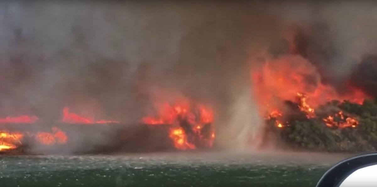 impactante tornado de fuego