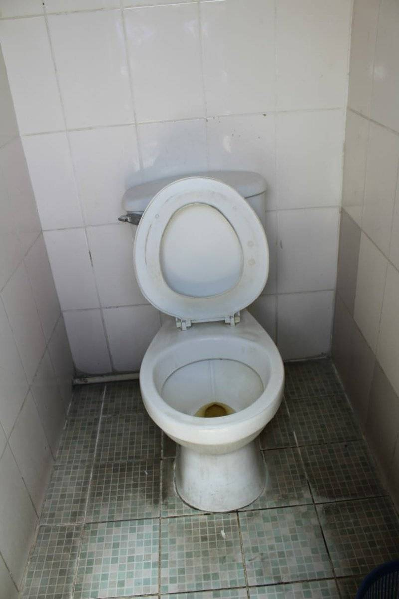Este es el baño sanitario que utilizan los policías asignados a comisaría 72 de Sololá. Foto: Edwin Bercián