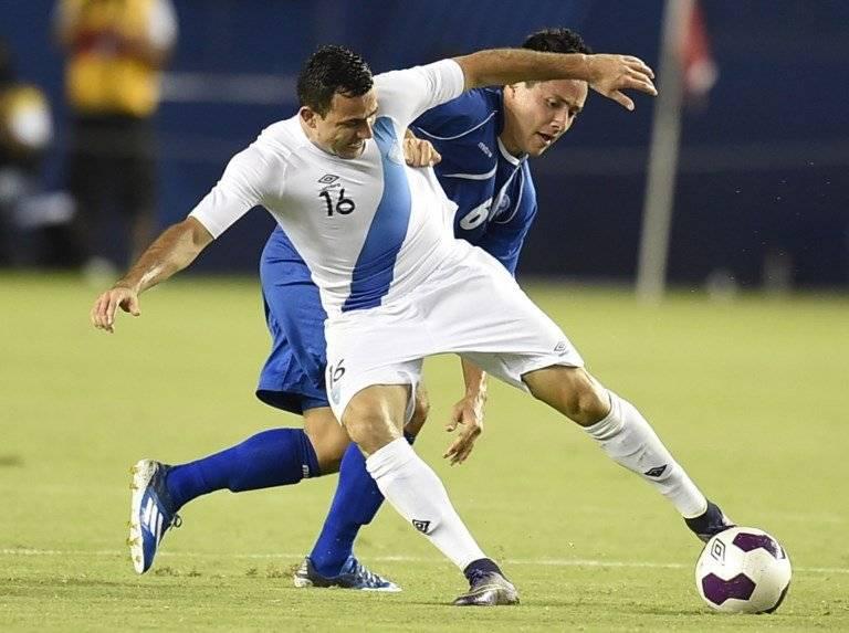 Marco Pappa protege el balón en un partido entre Guatemala y El Salvador