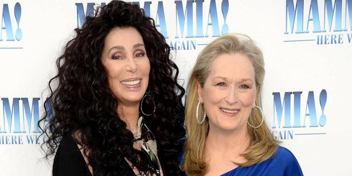 """Se hace viral el beso en la boca de Cher y Meryl Streep en la premier de """"Mamma Mia!"""""""