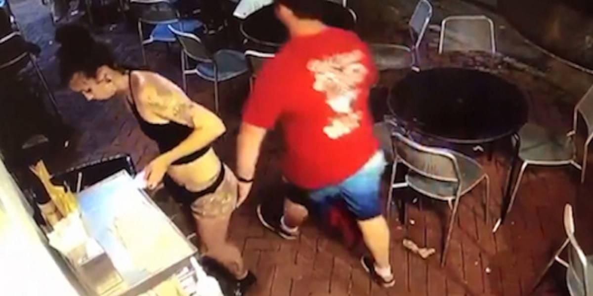 La reacción de una mesera que fue manoseada en el trabajo se viraliza
