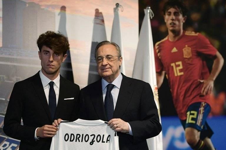 Odriozola junto a Florentino Pérez durante su presentación con el Real Madrid