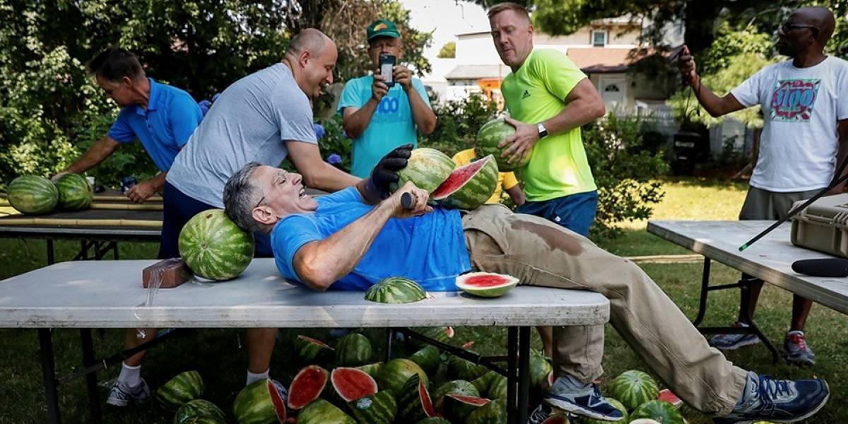 Homem bate recorde mundial ao cortar 26 melancias no próprio estômago; veja fotos