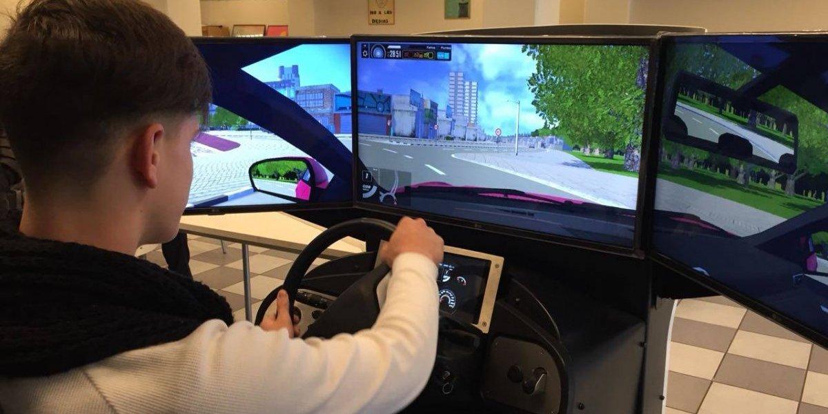 El nuevo juguete de Lavín: Simulador de conducción bajo los efectos del alcohol es probado por jóvenes de Las Condes