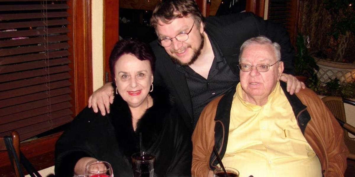 Guillermo del Toro está en GDL; su padre ingresó al hospital