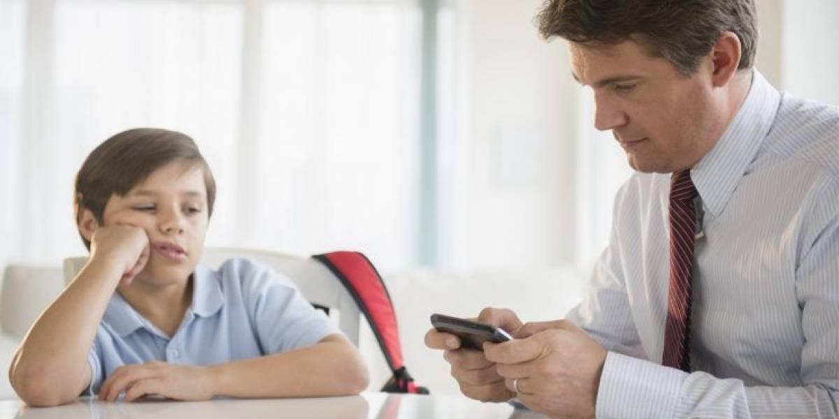 71% de los chilenos cree que el uso del celular daña su relación con sus hijos