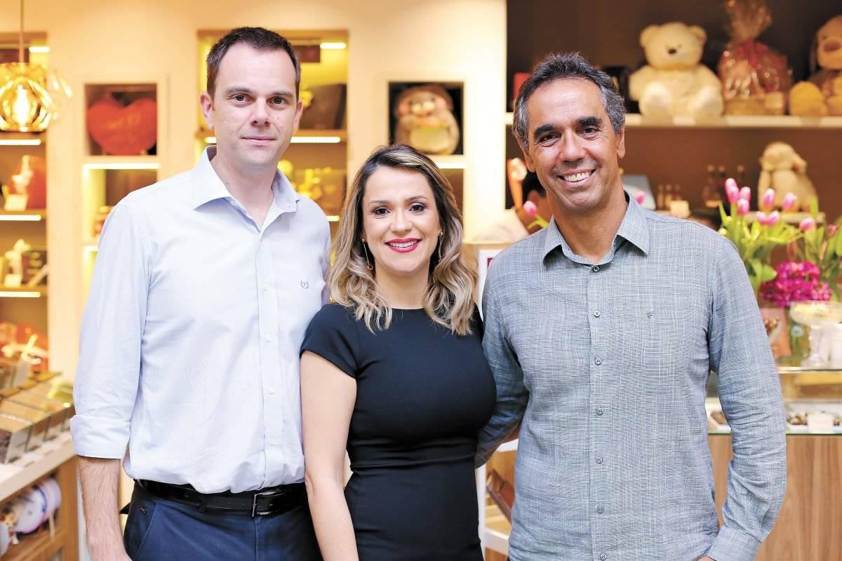 Angelo Piana, Fabiana Fabris e César Saade na loja conceito Le Chocolatier, no aeroporto de Vix Márcio Guimarães