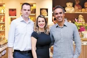 Angelo Piana, Fabiana Fabris e César Saade na loja conceito Le Chocolatier, no aeroporto de Vix