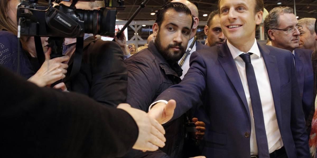 Graban a guardaespaldas de Macron golpeando a estudiante en París