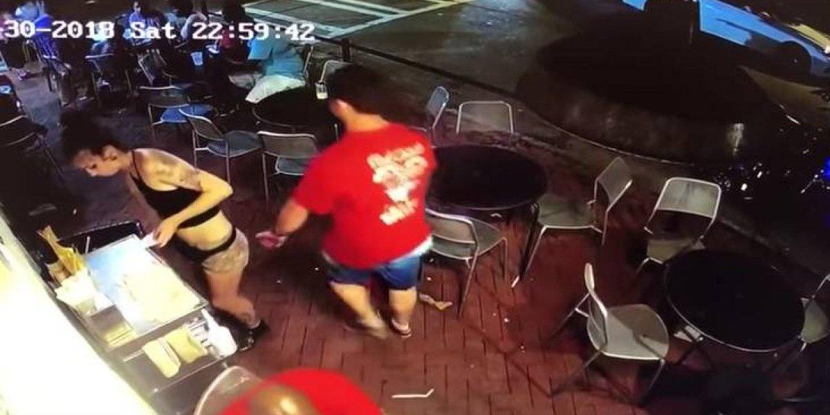 Mesera golpea a cliente que le tocó partes íntimas