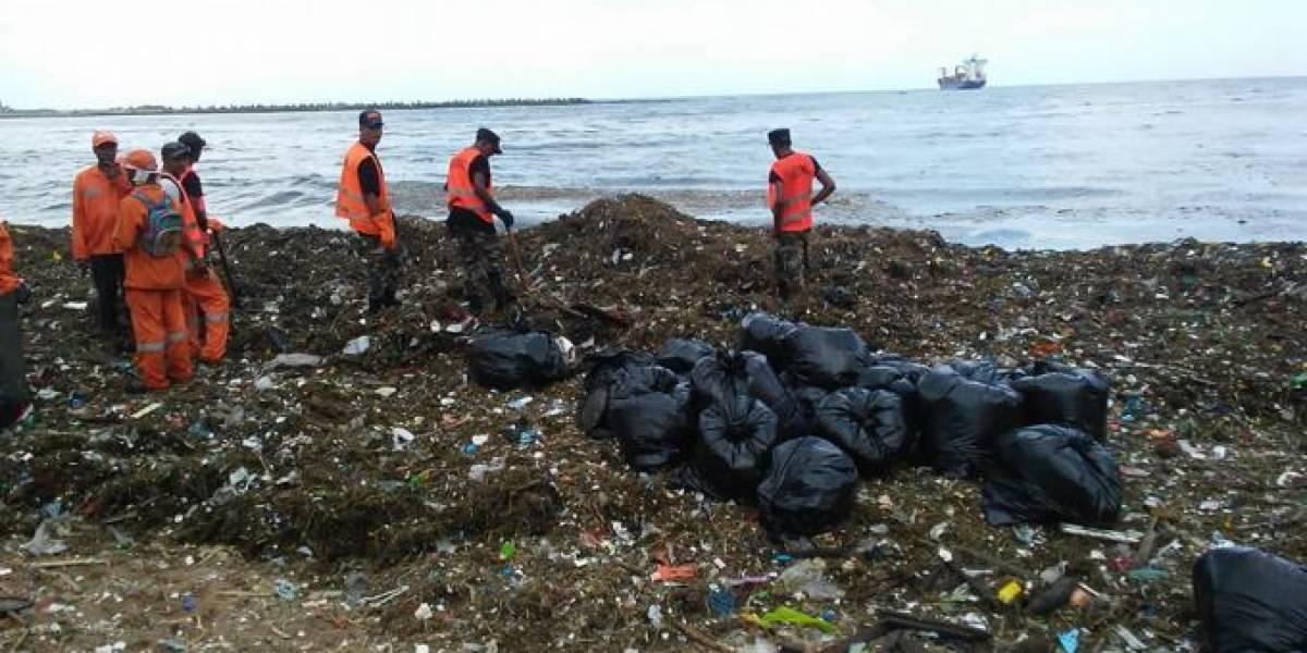 Artistas manifiestan indignación por contaminación en malecón SD