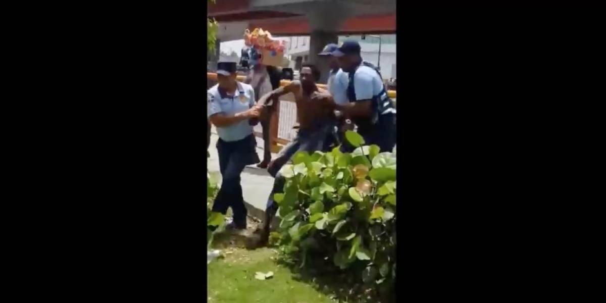 """FUERTE VIDEO. Tras forcejeo, policía mata de un disparo a supuesto """"limpiavidrios"""""""