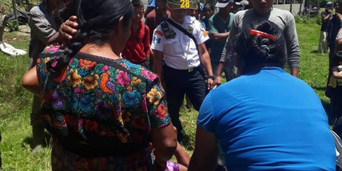 Niños cayeron a un pozo por rescatar su pelota que se fue al fondo; uno falleció