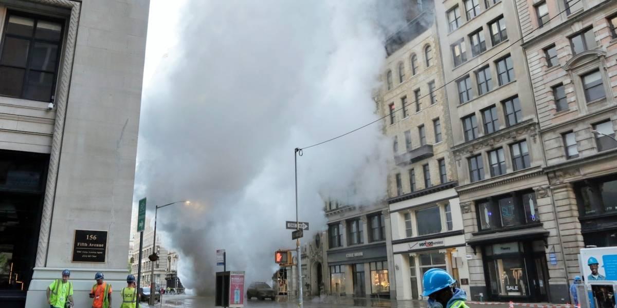 Explota tubo subterráneo de vapor en la Quinta Avenida de Manhattan