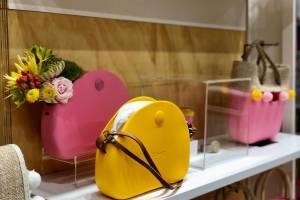 Puedes personalizar tu cartera o pieza, añadiendo como toque final un adorno en piel sintética, lana o algodón. / Foto: David Cordero Mercado