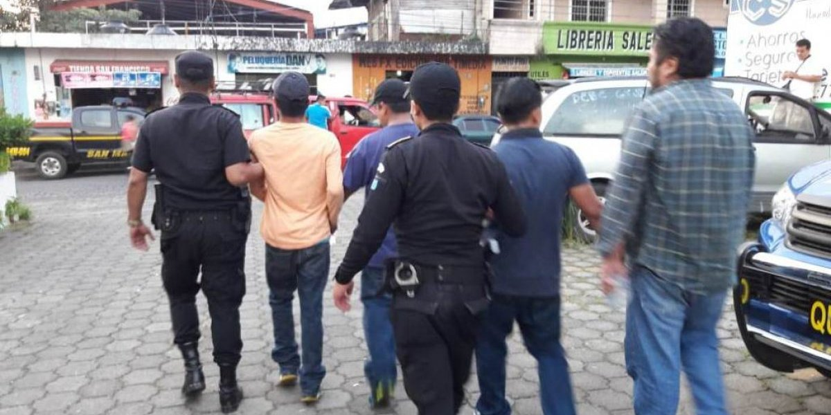 Capturan a señalados de asaltar mini agencia bancaria
