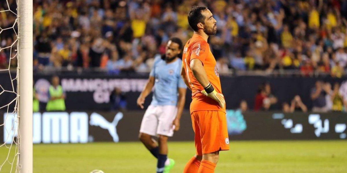 Claudio Bravo fue capitán, jugó un tiempo y sufrió un gol de penal jugando por el City