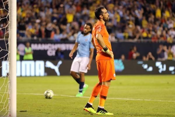 Claudio Bravo lamentando el tanto de penal sufrido ante el Dortmund / Foto: Getty Images