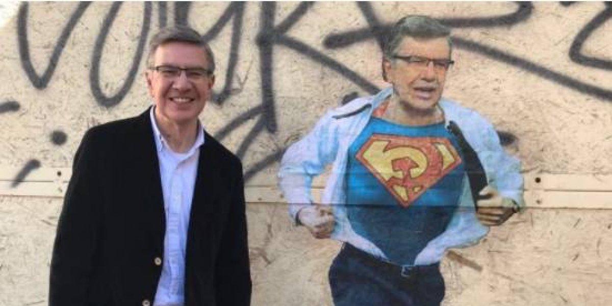 Se lo toma con humor: Joaquín Lavín visitó a su clon y posó junto al grafiti del Súper Lavín Comunista en Valparaíso