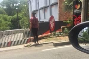 La historia real tras la foto de la mujer esperando a su esposo fuera de un motel
