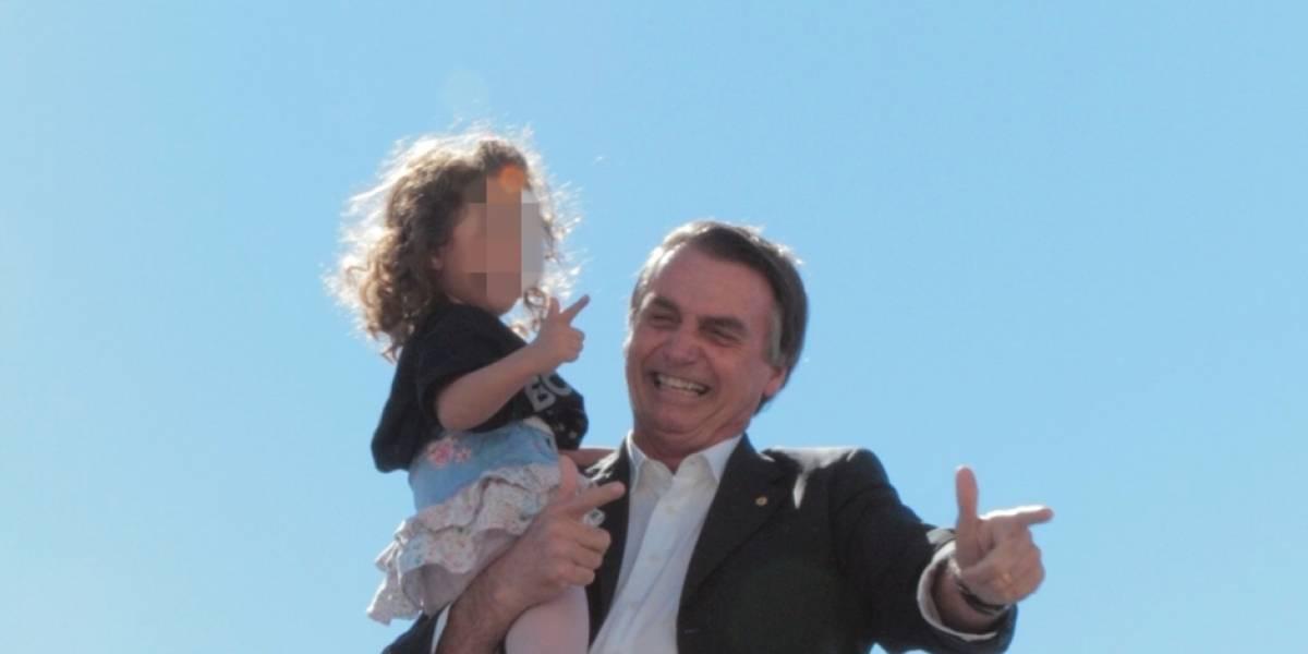 Bolsonaro aparece em vídeo ensinando criança a imitar arma com as mãos