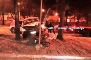 Conductor de taxi se detiene para auxiliar a motorista y otro vehículo lo impacta