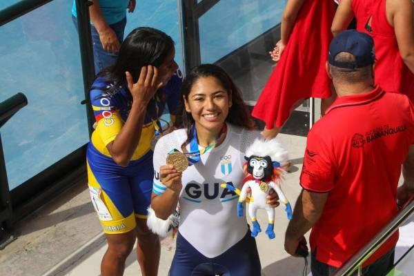 Soberanis muestra la medalla de oro que ganó