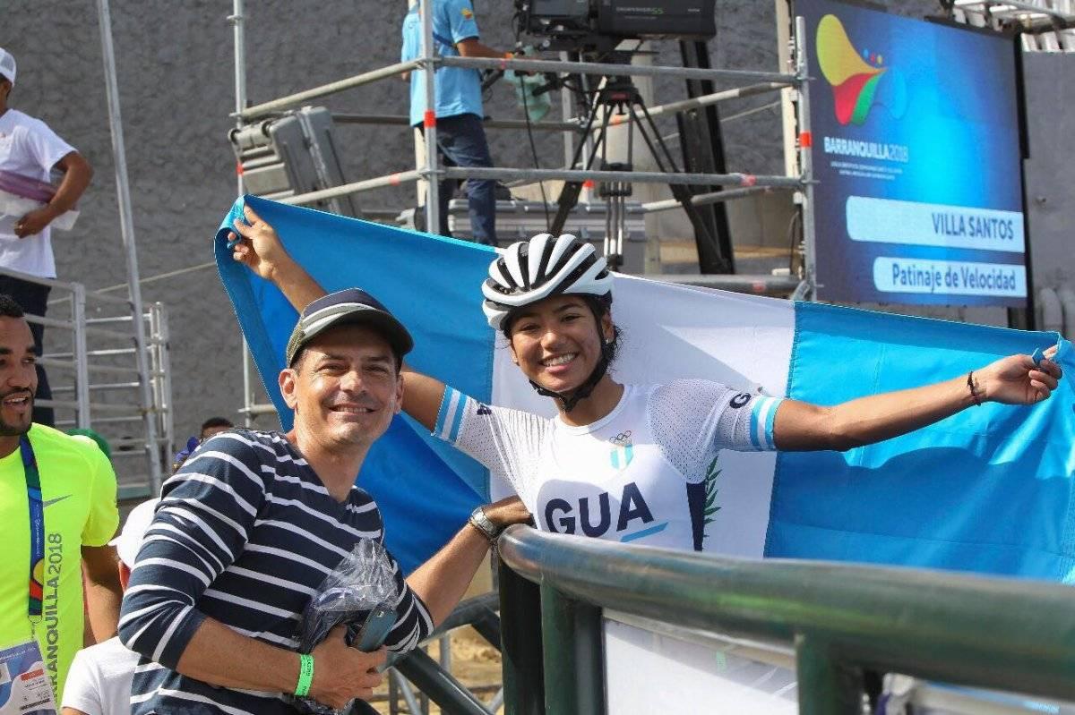 Soberanis con la bandera de Guatemala y junto a su entrenador