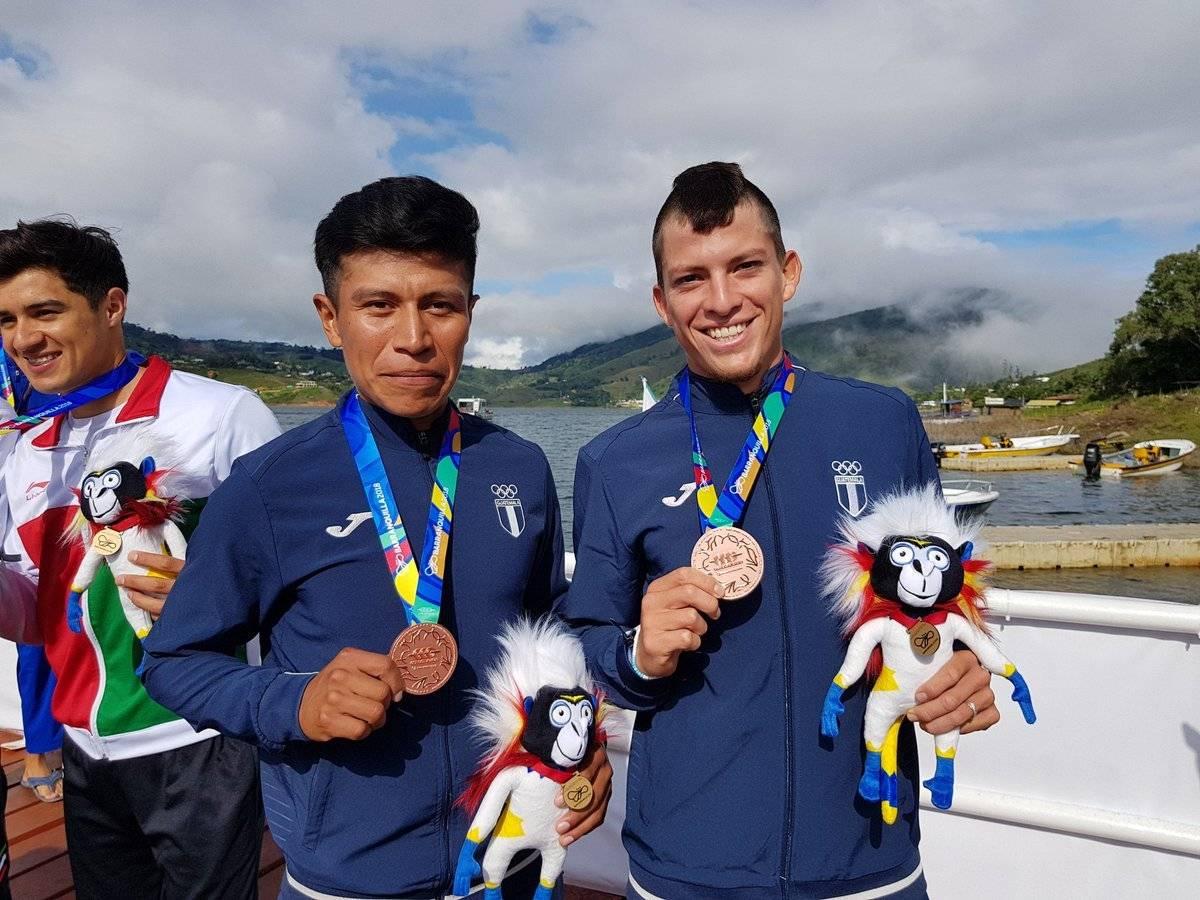 Los atletas de remo lucen sus medallas de bronce