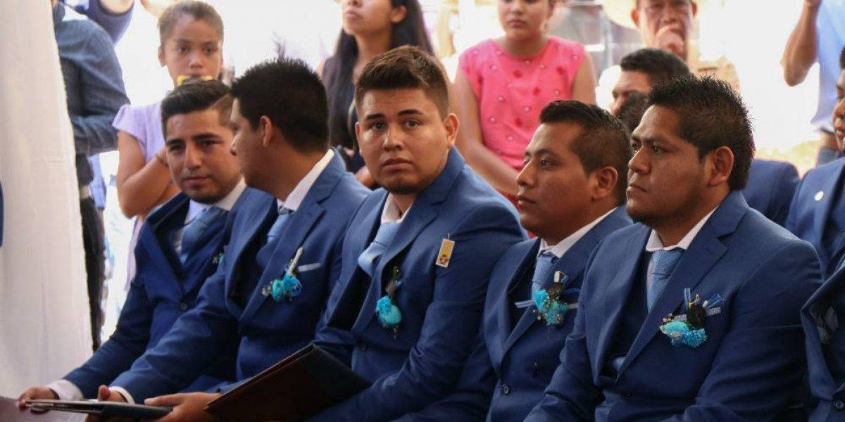 Alumnos de la normal de Ayotzinapa consiguen plazas