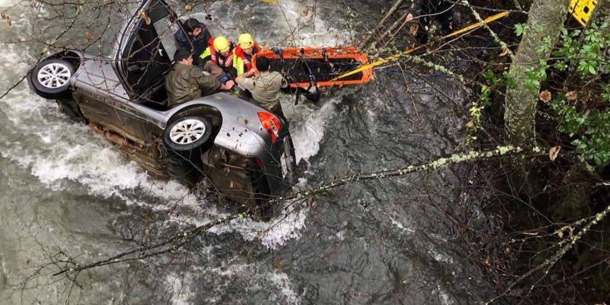 Falleció copiloto de 73 años: Carabineros rescató a 7 personas desde río Caliboro luego que vehículo cayera desde un puente