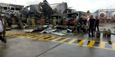 Bomberos colaboran con el equipo de seguridad de la planta de gas.