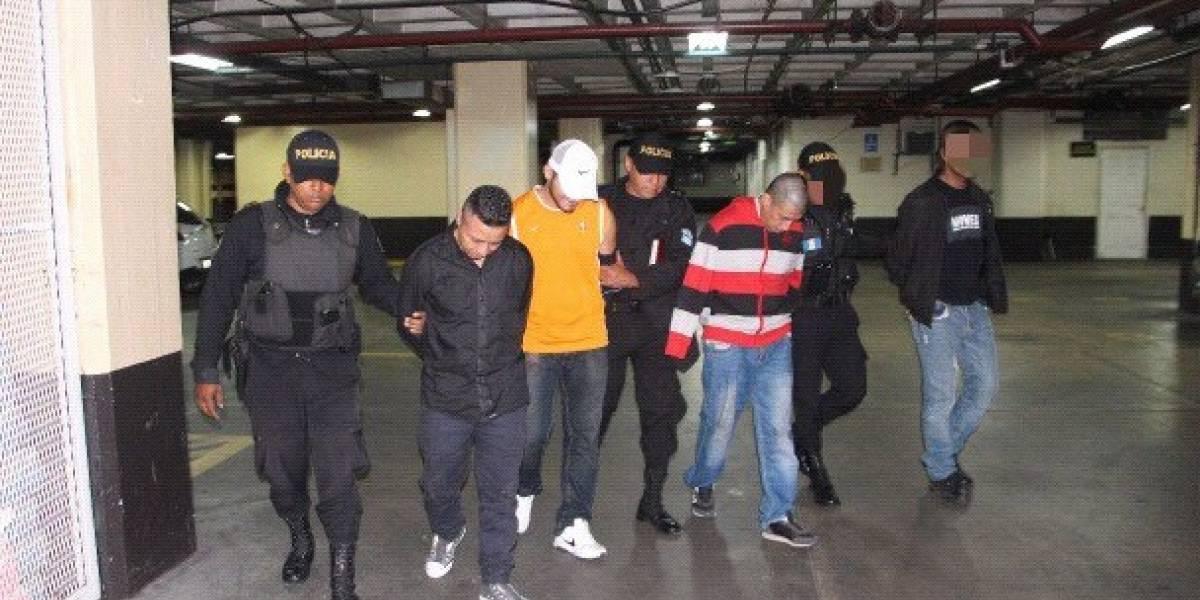 Capturan a cuatro hombres después de haber atacado a dos personas en zona 6