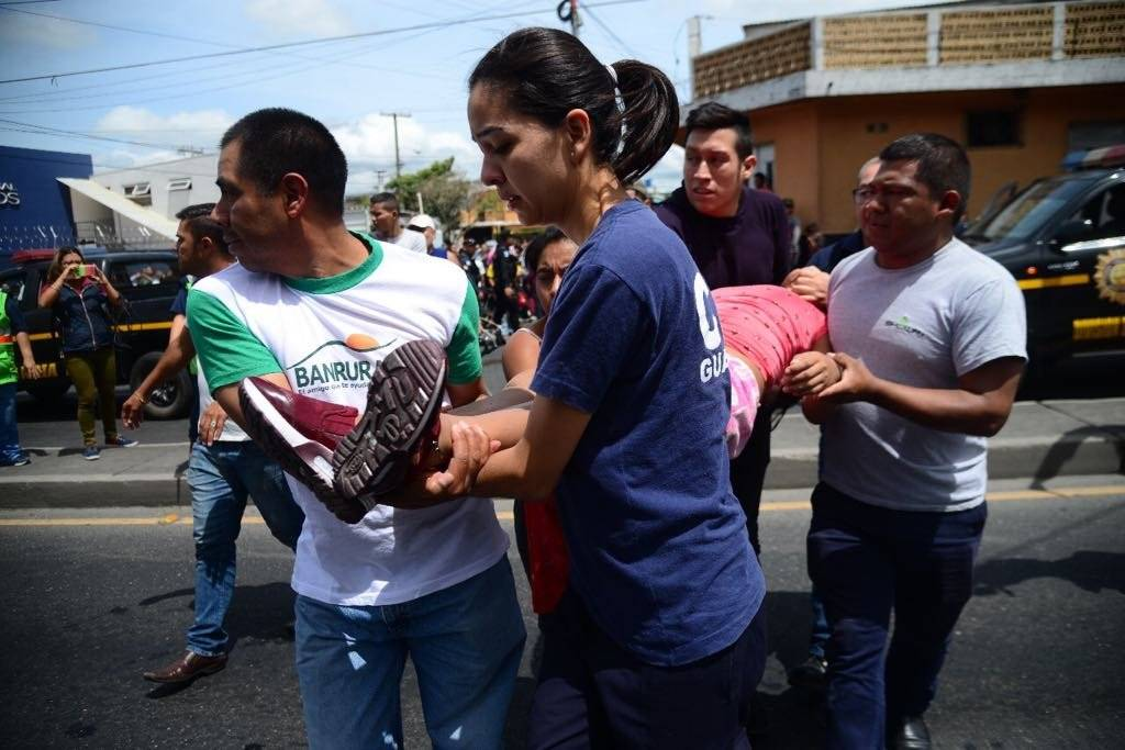 La mujer que se desmayó al observar el incendio fue trasladada al Hospital Roosevelt. Foto: Alejandro García