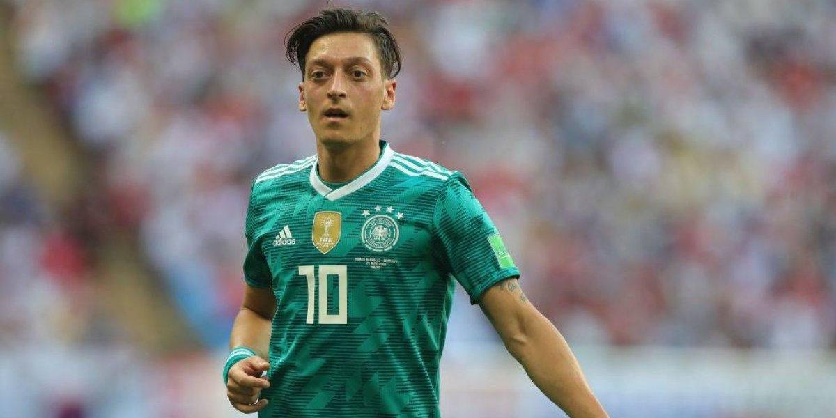 Özil se aburrió de las críticas en Alemania y se retiró de la selección